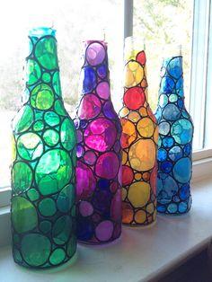 Dit is een leuke set van 4 gerecycleerde bierflesjes. Ik heb de hand schilderde ze met vensterkleuren uiterlijk te geven hen een gebrandschilderd glas. Ze ziet er geweldig in zonlicht, maar zou kijken net zo schattig op een plank ergens in uw huis.  Deze zijn niet bedoeld om te worden buiten. Zij kunnen worden schoongemaakt met een vochtige doek.
