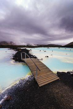 Το Blue Lagoon είναι ένα εντυπωσιακό μέρος λίγο έξω από το Ρέικιαβικ. Το νερό πλούσιο σε πυρίτιο είναι θαυματουργό για το δέρμα.