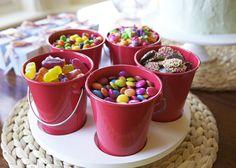 Baldinhos com guloseimas na mesa de doces. Rainbow Party for Girls Dessert Ideas