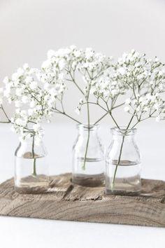 Simplicity at its best: Weiße Blumenzweige und kleine Blumenvasen, mehr braucht es nicht für die perfekte Frühlingsdekoration! #flowers #decoration