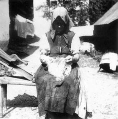 Čuchranie vlny rukami. Žakarovce (okr. Gelnica), 1954-1955. Archív negatívov Ústavu etnológie SAV v Bratislave. Foto F. Hideg. Slovakia