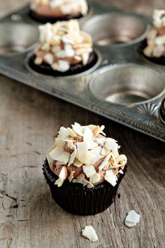 These Coconut-Mocha-Cupcakes look delicious! would sub flour with almond meal & use raw cacao powder :) Mocha Cupcakes, Yummy Cupcakes, Mocha Cake, Coffee Cupcakes, Banana Cupcakes, Gourmet Cupcakes, Cheesecake Cupcakes, Strawberry Cupcakes, Easter Cupcakes