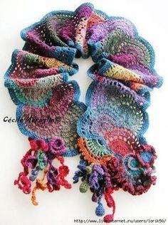 Con della lana multicolore è stata realizzata questa bella sciarpa. E' particolare anche nella sua lavorazione; il motivo all'uncinetto rappresenta un mezz