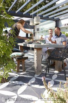 Binnen- buitentuin met vtwonen buitentegels DESIGNED BY Jacqueline Volker www.stylegardens.nl -  . Mediterrane tuin met pergola, loungehoek, buitenkeuken, verhoogde borders, siergrassen en bamboes. Location: Buiter Beton - Balkbrug. Photo: Frans de Jong, Styling: Gregory Verheide. outdoor kitchen, buitenkamer, tuin, garden, all fresco dining, buitenleven, outdoor living, outdoor cooking, terras tegels, tuinvoorbeeld, tuinontwerp, tuininspiratie, tuinideeën.