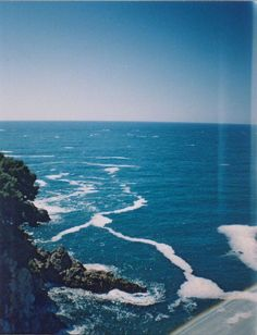 Imagen vía We Heart It https://weheartit.com/entry/158745839/via/5528196 #bluesky #Moutains #ocean #sea #sun #waves