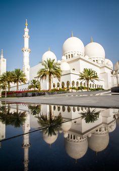Palm Yard in Sheikh Zayed Grand Mosque, Abu Dhabi, United Arab Emirates Islamic Architecture, Beautiful Architecture, Beautiful Buildings, Dubai, Abu Dhabi, Places Around The World, Around The Worlds, Beautiful World, Beautiful Places