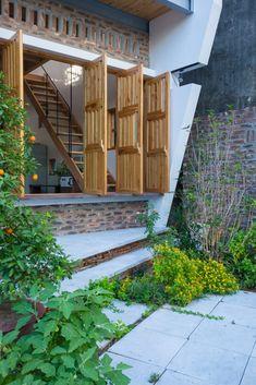 Đơn vị thực hiện: t+m design office Địa điểm: Hòa Nam, Ứng Hòa, Hà Nội Diện tích xây dựng: 48.5m2 Năm xây dựng: 2015 Ảnh: Triệu Chiến Bạn đang có nhu cầu XÂY MỚI hoặc CẢI TẠO theo những XU HƯỚNG kiến trúc & nội thất MỚI NHẤT trên thế giới? Hãy LIÊN HỆ ngay … Bali House, D House, House Roof, Facade House, Modern Tropical House, Tropical Houses, Pool House Designs, Exposed Brick Walls, Natural Interior