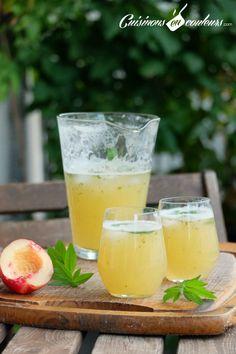 Limonade maison a la peche (Pour 1 litre de limonade) 2 pêches (environ 270g) 1 citron vert Une vingtaine de feuilles de verveine fraîche 3 cs de sucre en poudre 1 L d'eau gazeuse Glaçons