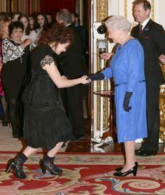 Pin for Later: Die Queen ist gar nicht so königlich wie ihr vielleicht denkt Royal: Als Helena Bonham Carter sich vor ihr verneigte