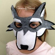 Attention, petit chaperon rouge ! Le grand méchant loup est à l'affût. Laissez votre enfant habiller comme un loup magique, que ce soit pour Halloween, un jeu de l'école ou juste pour le fun ! Ce masque vous transportera votre enfant dans les profondeurs intérieures de leur imagination !  Haut cousu avec deux couches de feutre pour la qualité et la durabilité. Masque est environ 7 de large au niveau des yeux et fait pour s'adapter à un visage d'enfant. Mesurer la tête de votre enfant…