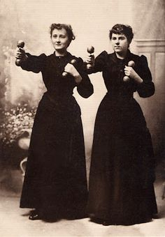 Hmm, I have a set of these wooden dumbells, maybe I should start using them...  These ladies came from a Portuguese blog : http://juminako.blogspot.co.uk/2012/03/os-grandes-27.html