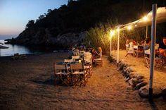 Chiringuito de Cala Xuclar, no es más que un pequeño kiosko de madera situado en la arena y con un aire muy propio de Ibiza. Buenos pescados y paellas...