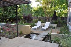 tipps für gartengestaltung hinterhof liegestühle teich