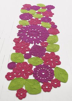Paola Lenti - The flowers and leaves making up the carpets have been crocheted and hand-sewn on a supporting synthetic mesh.