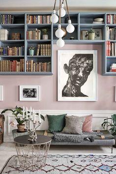 Pastellrosa vägg i vardagsrum. Dusty pink walls and bookshelf built around art. Modern home decoration ideas. Living Room Sofa, Living Room Decor, Living Spaces, Dining Room, Rustic Living Room Furniture, Living Room Interior, Decor Interior Design, Interior Decorating, Decorating Ideas