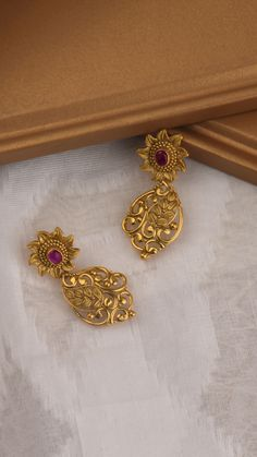 Gold jewelry Necklace Fashion - Antique Gold jewelry With Weight - - Gold jewelry Necklace Name - Gold jewelry Indian Gift Ideas Jewelry Design Earrings, Gold Earrings Designs, Gold Jhumka Earrings, Ear Jewelry, Antique Earrings, Designer Earrings, Gold Bangles Design, Gold Jewellery Design, Handmade Jewellery