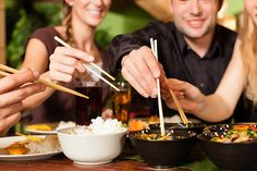Young people eating in Thai restaurant. Young people eating in a Thai restaurant , Healthy Bedtime Snacks, Healthy Protein Snacks, Healthy Recipes, Healthy Foods, Fast Foods, Healthy Tips, Healthy Choices, Teppanyaki, Ibiza
