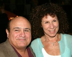 Danny DeVito & Rhea Pearlman - one of the longest marriages hollywood has ever seen. NOW DiVORCED Hollywood Couples, Celebrity Couples, Hollywood Stars, Celebrity Weddings, Famous Couples, Couples In Love, Happy Couples, Celebrity Gallery, Celebrity Photos