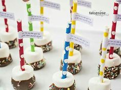 Marshmallows på pinne :) Free Printables, Birthday Parties, Place Card Holders, Cake, Desserts, Kids, Marshmallows, Food, Party Ideas