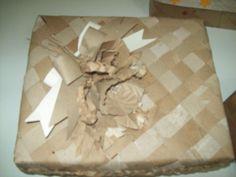Reutilizando caixas, com rolo e papel de embalagens, por aluna surda CECAP.
