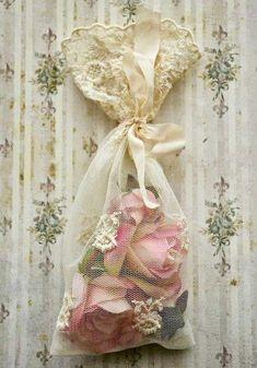 cassiaviviani:  (via Pin de ❦ Cassia Viviani ❦ em ℱoℱuℛiᏨeᏱ | Pinterest) lace and roses
