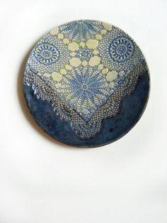 Wand Dekor Keramik Teller mit Spitze Ornament von KunstLABor