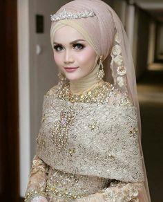 makeup sederhana Muslim Wedding Gown, Muslimah Wedding Dress, Hijab Style Dress, Muslim Wedding Dresses, Hijab Bride, Wedding Hijab, Wedding Dress Chiffon, Colored Wedding Dresses, Wedding Party Dresses
