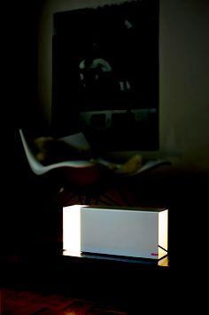 Eraser, un concept simple: la partie lumineuse coulisse dans son étui. On contrôle ainsi le volume de la lumière en extériorisant plus ou moins la lampe.