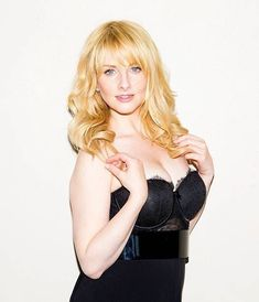 Kaley & Melissa Plus — Nude blonde on the bar. Stunning Women, Beautiful Celebrities, Beautiful Actresses, Melissa Rauch, Woman Crush, Celebrity Crush, Celebs, Long Hair Styles, Instagram