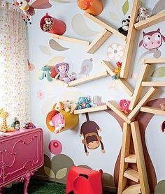 Quarto de criança com adesivos de bichinhos na parede