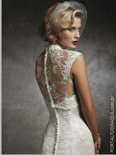 vestido de noiva com renda no decote nas costas