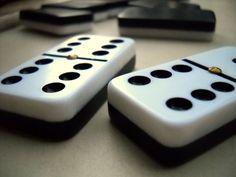 Idea para decorar: Cómo hacer una ficha gigante de dominó - http://decoracion2.com/idea-para-decorar-como-hacer-una-ficha-gigante-de-domino/66789/??utm_source=PNdeco2&utm_medium=socialclic&utm_campaign=share-66789 #FichaDeDomino, #IdeaParaDecorar, #Manualidades