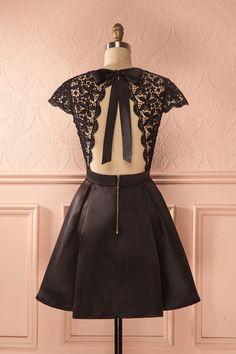 Petit robe noire satinée à dos ouvert et manches en dentelle - Satiny little black dress with lace sleeves
