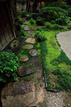 島原の角屋の風情ある臥龍松の庭
