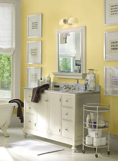 Hawthorne yellow paint from Benjamin Moore: Dining room, guest bedroom. I love this bathroom. Bathroom Color Schemes, Paint Color Schemes, Bathroom Colors, Bathroom Ideas, Paint Colors, Bathroom Modern, Design Bathroom, Master Bathroom, Glamorous Bathroom