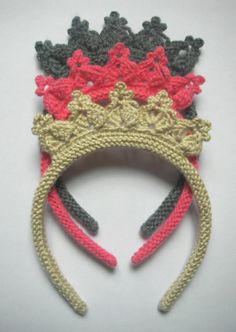 El Örgüsü Tokalar, Diy Abschnitt, You are in the right place about DIY Hair Accessories for dance Here we offer you the most beautiful pictures about the DIY Hair Acce Crochet Crown, Crochet Diy, Crochet For Kids, Crochet Crafts, Crochet Projects, Hand Knitting, Knitting Patterns, Crochet Patterns, Crochet Mignon
