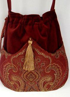 Bolso perfecto para la señora de espíritu libre. Tiene la riqueza de la bolsa de tapicería en frente con una borla de oro. La bolsa sí es de
