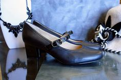 Candice Mary Jane Pump in Black Leather Mary Jane Pumps, Retro Style, Mary Janes, Retro Fashion, Oxford Shoes, Dress Shoes, Black Leather, Heels, Heel