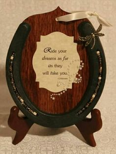 Inspiration >> Take an old horseshoe - or new, it looks better new - and glue it to a piece of wood. Add a quote & glitter in the middle of the horseshoe for extra effect. Horseshoe Projects, Horseshoe Crafts, Horseshoe Art, Horseshoe Ideas, Horseshoe Wreath, Western Crafts, Western Decor, Fun Crafts, Diy And Crafts