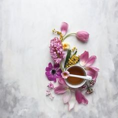 Do you want to do beautiful still life photos on iPhone? Discover 8 tips that will take your still life photography to the next level! Flat Lay Photography, Coffee Photography, Floral Photography, Still Life Photography, Food Photography, Coffee Art, Coffee Time, Tea Time, Cozy Coffee