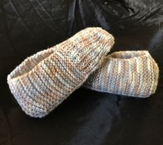 We've got hundreds of aran knitting patterns. Jumpers, cardigans, baby booties and aran sock knitting patterns are all waiting for you. Even traditional irish knitting patterns! Knitting Videos, Arm Knitting, Knitting Stitches, Knitting Patterns Free, Crochet Patterns, Knitting Needles, Beginner Knitting, Knitting Designs, Fingerless Gloves Knitted