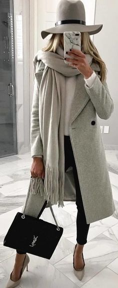 Women Clothing gray coat with gray hat and gray fringed cloth. Pic from Women ClothingSource : grauer Mantel mit grauem Hut und grauem Fransentuch. Outfits With Hats, Mode Outfits, Fashion Outfits, Fashion Clothes, Style Clothes, Fashion Games, Fashion Mode, Look Fashion, Womens Fashion
