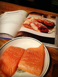 Critique du livre de recettes Made in Quebec de Julian Armstrong -  On se prépare à cuisiner la recette de pavés de saumon glacés à l'érable et au bourbon