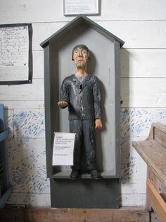 Pomarkun vanhan kirkon vaivaisukko seisoo tomerasti kirkon eteisessä.