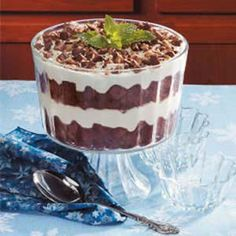 Need trifle recipes? Get great tasting desserts with trifle recipes. Taste of Home has lots of delicious recipes for trifles including chocolate trifles, strawberry trifles, and more trifle recipes and ideas. Trifle Bowl Recipes, Köstliche Desserts, Delicious Desserts, Dessert Recipes, Yummy Food, Trifle Dish, Dessert Healthy, Brownie Trifle, Cupcakes