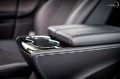 Tesla Model S. Armrest / cupholders | Autosnob