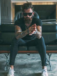 黒Tシャツ×黒スキニー×オールスターロー白