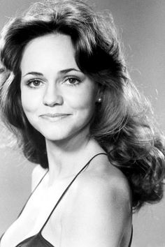 Sally Field Who could forget the lovely brunette that co-starred in the famous film Smokey and The Bandit with the legendary Burt Reynolds. Sally Field started as a TV actress in the early 60's, appearing in the famous Gidget series. With her big, radiant smile, Field didn't hesitate to show her range as an actress going from comedic roles to very serious dramatic roles. Her natural beauty earned her a spot on many, many reputable lists of Hollywood's most beautiful leading ladies.