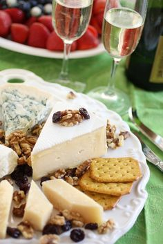 Step by step ingredient list for a gourmet cheese platter Cheese Appetizers, Finger Food Appetizers, Appetizers For Party, Food Platters, Cheese Platters, Cheese Recipes, Cooking Recipes, Wine Cheese Pairing, Cheese Table