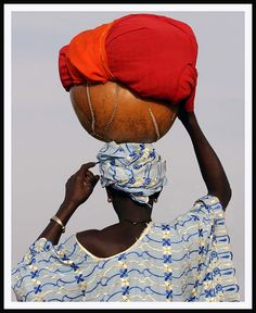 Balancing the calabash, Mali.          Photo credit: Ferdinand Reus